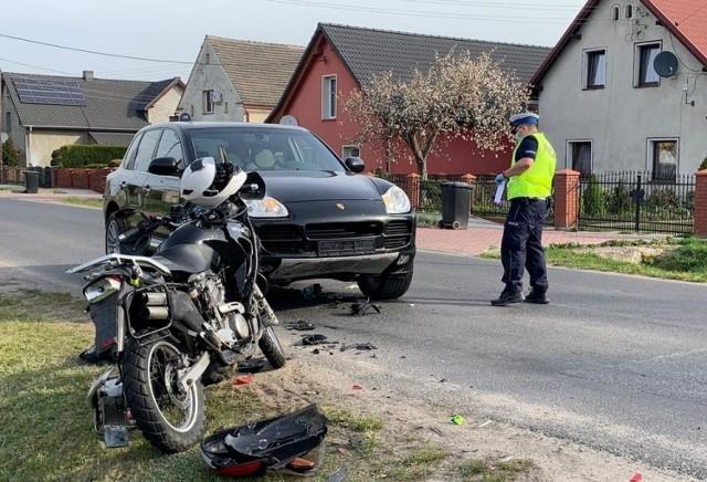 Wypadek w Błotach, motocyklista trafił do szpitala.