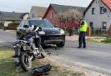 Wypadek motocykla i porsche we wsi Błota w gminie Lubsza. 36-letni kierowca hondy zderzył się czołowo z samochodem. Trafił do szpitala