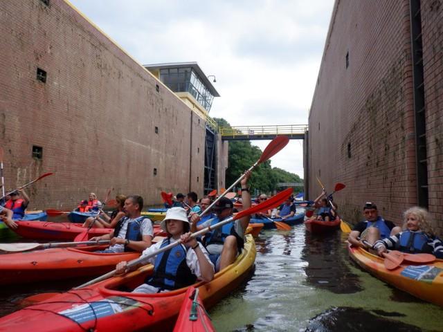 """Kajakarze nie mogli się przeprawić przez śluzę """"Okole"""" na Kanale Bydgoskim, bo zabrakło wody"""