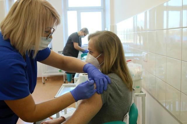 W Polsce liczba osób w pełni zaszczepionych przekroczyła 15 mln. To jednak nadal zbyt mało, by osiągnąć odporność populacyjną. Polski rząd szykuje więc nowe rozwiązania. Czy możliwe są przymusowe szczepienia medyków? Na ten krok zdecydowały się inne kraje.   Póki co wiadomo, że lekarze mają gorliwie zachęcać swoich pacjentów do szczepień. Co więcej - za każdego przekonanego mieliby otrzymać dodatkowe wynagrodzenie. Czy to spowoduje drastyczny wzrost liczby zaszczepionych? Na to liczą rządzący. Sprawdźcie, jakie inne zmiany szykuje resort.   SZCZEGÓŁY NA KOLEJNYCH STRONACH >>>>  Czytaj także: Urlop menstruacyjny w Polsce? To nie żart!