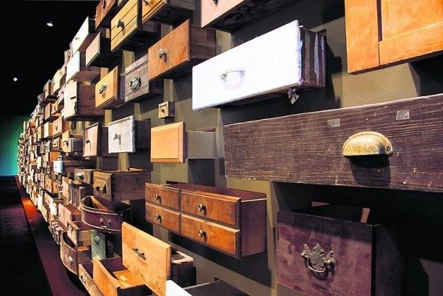 Instalacja złożona jest z szuflad, które artystka znalazła na ulicach swojego miasta po huraganie