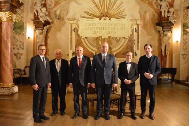 Leszek Wojteczek (drugi z prawej) w delegacji podpisującej akt objęcia patronatem naukowym sycowskiego LO przez Uniwersytet Wrocławski 24 października 2017 r.