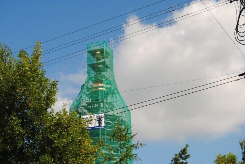 Nie zwalnia tempa wymiana dachu na kościele pod wezwaniem...
