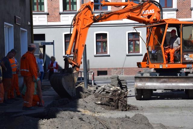 Budowlańcy usuwają m.in. stare korzenie drzew