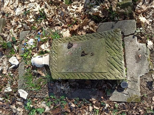 Ktoś celowo zniszczył trzy nagrobki na starym, poniemieckim cmentarzu w Podłej Górze