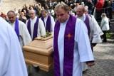 Pogrzeb biskupa Edwarda Janiaka. Emocje i szarpanina na cmentarzu. ZDJĘCIA