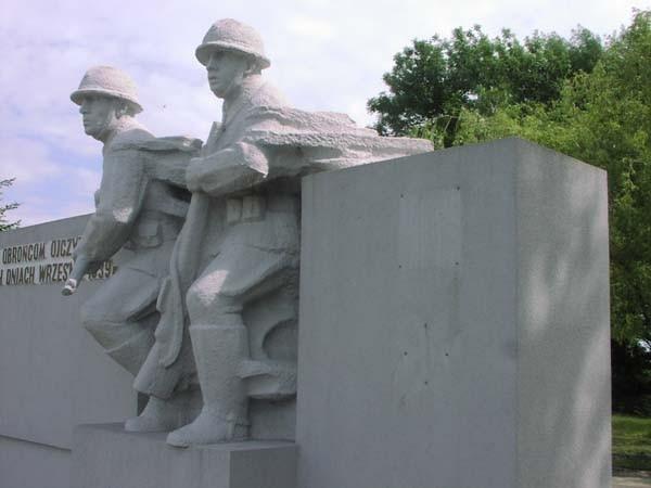 Po emblematach na pomniku zostało puste miejsce