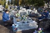 Przygotowania do Dnia Wszystkich Świętych w Wągrowcu. Na cmentarzu trwają porządki