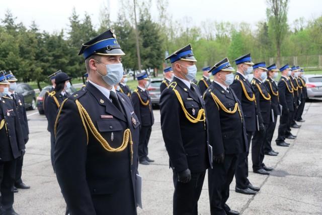 Strażacy z Żar odznaczeni i awansowani podczas uroczystego apelu w piątek 14 maja.
