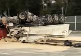 Gliwice: Wypadek na A1. 20 ton piasku na drodze! Przewróciła się ciężarówka z naczepą. Autostrada była zablokowana
