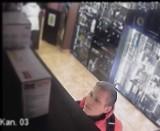 Rozpoznajesz go? Policja udostępniła wizerunek mężczyzny mogącego mieć związek z kradzieżą telefonu