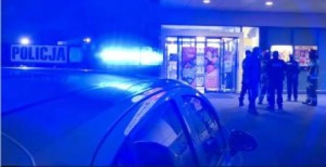 Zgłoszenie o podłożeniu bomby w jednym tarnowskich supermarketów 1 marca postawiło na nogi wszystkie służby. Na miejscu pojawili się policjanci grupy minersko-pirotechnicznej wraz z psem do wyszukiwania materiałów wybuchowych