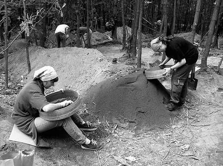 Studenci archeologii i naukowcy z Uniwersytetu Jagiellońskiego przyjeżdżają do Mokrej od 10 lat. Foto: KATARZYNA WRZALIK