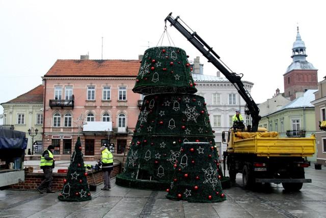 W Rynku Trybunalskim w Piotrkowie w środę, 4 grudnia, została ustawiona miejska choinka. Zapalenie światełek na drzewku odbędzie się w piątek, 6 grudnia