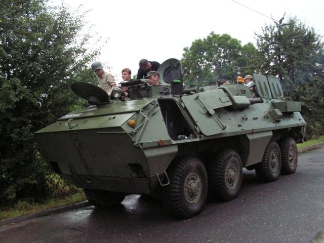 Święto stało się okazją do przejażdżki kołowym transporterem opancerzonym OT-64 SKOT