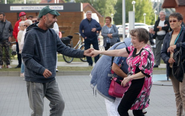 Potańcówka, którą poprowadziła DJ Wika - didżejka - seniorka - odbyła się w grudziądzkiej marinie, w piątkowy wieczór.