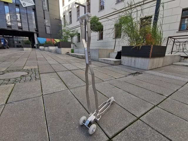 Ekologiczna hulajnoga z Poznania. Projektanta z Uniwersytetu Artystycznego w Poznaniu, Mateusza Sipiorę, zainspirowała budowa komórek roślin i w taki sposób z jak najmniejszej liczby elementów stworzył wytrzymałą konstrukcję. Tak powstała aluminiowa składana hulajnoga. Waży niespełna dwa kilogramy.