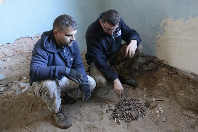 W Parszkowie pod podłogą znaleźli amunicję z czasów wojny. Należała do partyzantów