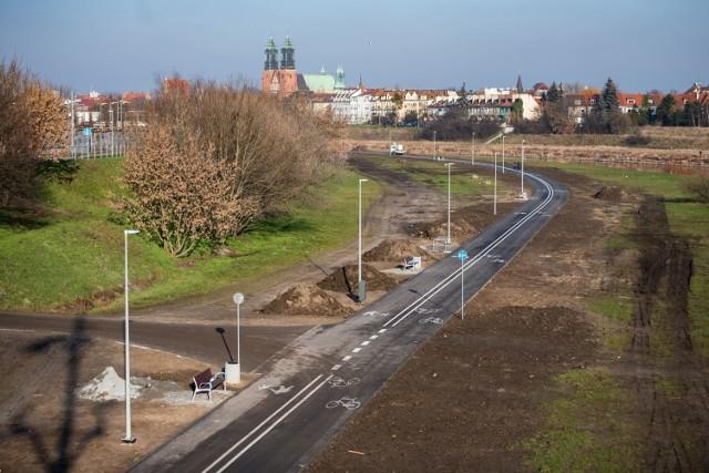 Prace związane z budową nowego odcinka Wartostrady w Poznaniu są już na ukończeniu. Ma on długość 1,3 km i znajduje się po zachodniej stronie Warty. Połączy okolice mostu Królowej Jadwigi z parkiem Stare Koryto Warty.   Przejdź do kolejnego zdjęcia --->