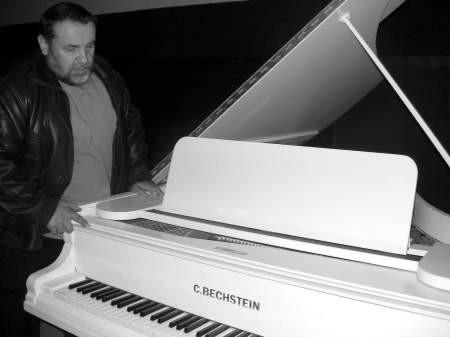 - Ten fortepian, który mamy, jest w fatalnym stanie i powinien wrócić ten, który był tu wcześniej - mówi Bogumił Lisiecki z domu kultury. Fot. Mateusz Węsierski
