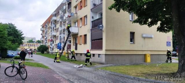 Pożar w mieszkaniu w Ozimku. Strażacy chodzili do niego przez balkon