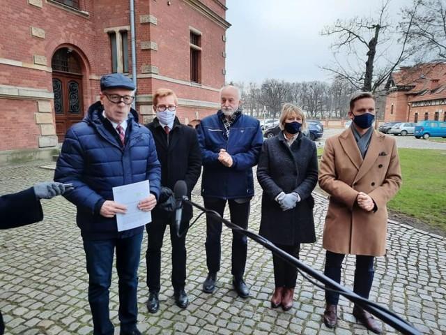Gdańscy radni Prawa i Sprawiedliwości przy siedzibie Rady Miasta Gdańska
