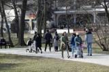 Kielczanie cieszą się wiosennym słońcem. Mnóstwo spacerowiczów w parku miejskim imienia Stanisława Staszica w Kielcach