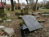 Lapidarium zniknie z parku w Goleniowie. Co się stanie z nagrobkami?