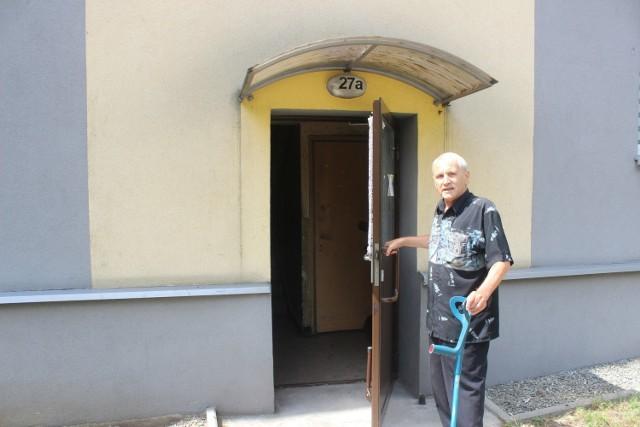 Odrapane klatki, wilgoć w środku... Mieszkańcy jednego z bloków w Tarnowskich Górach apelują do wspólnoty o remont