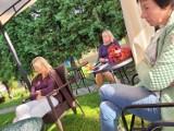 Letni Ogród Poetów w Sieradzu. Wiersze Norwida z płyt, dziś ostatnie spotkanie. Na zakończenie dwoje poetów i koncert ZDJĘCIA
