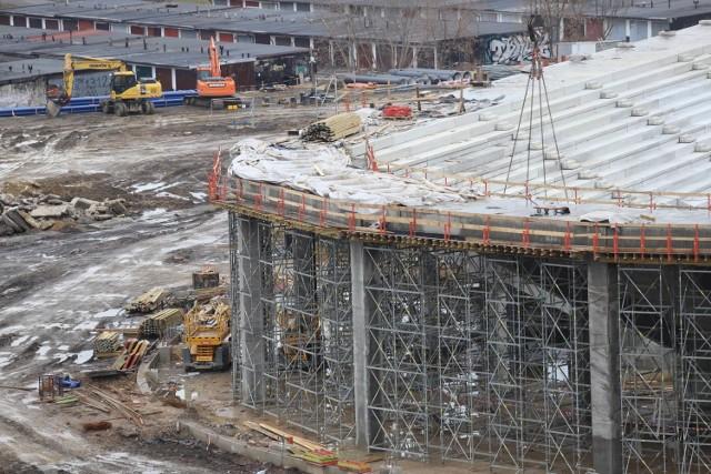Budowa Zagłębiowskiego Parku Sportowego w Sosnowcu trwa, mimo okresu zimowego. Na hali sportowej jest montowana stalowa konstrukcja dachu. Podobnie na stadionie piłkarskim.  Zobacz kolejne zdjęcia. Przesuwaj zdjęcia w prawo - naciśnij strzałkę lub przycisk NASTĘPNE