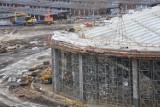 Sosnowiec: 72 tony stali już leżą na dachu hali sportowej. Przeszkadza silny wiatr, ale prace nie zwalniają