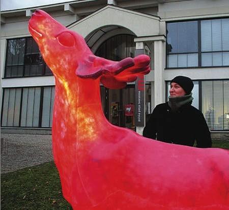 Wykonanie jednego modelu kosztowało 10 tys. zł. Artystki Hanna Kokczyńska i Luiza Marklowska (na zdjęciu) nie wzorowały się na żadnym konkretnym jeleniu, ale ostatecznie podobno przypomina jelenia amerykańskiego.
