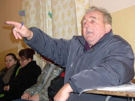 Antoni Ciemiński, przewodniczący społecznego komitetu budowy drogi z Rudzin do Dąbrowy przedstawiał swoje racje podczas spotkania sołeckiego w Hucie.