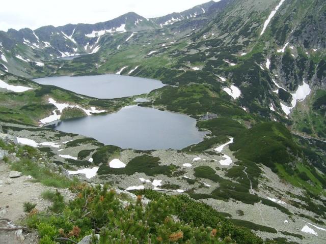 1. Dolina Pięciu Stawów  Dolina Pięciu Stawów Polskich położona jest w Tatrach wysokich, na terenie Tatrzańskiego Parku Narodowego. Jest to polodowcowa dolina o długości 4 km i powierzchni 6,5 km², znajduje się na wysokości ok. 1625–1900 m n.p.m. W dolinie znajduje się kilka polodowcowych jezior o łącznej powierzchni 61 hektarów. Największe z nich to Wielki Staw Polski położony na wysokości 1665 m n.p.m. (głębokość 79,3 m). Pozostałe jeziora to: Zadni Staw Polski, Czarny Staw Polski, Mały Staw Polski i Przedni Staw Polski.