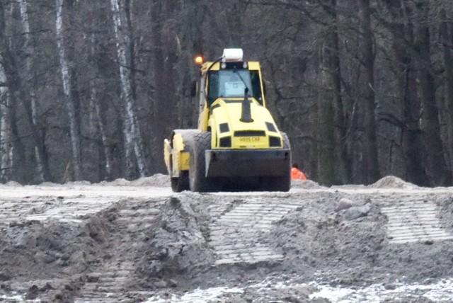 Tak wygląda budowa zabezpieczenia przeciwpowodziowego wzdłuż Odry, w okolicach Wężysk, Połęcka i Chlebowa.
