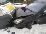 Czołówka w Biadaczu. Vauxhall zderzył się z dostawczym citroenem. Uwaga, na drogach jest bardzo ślisko!