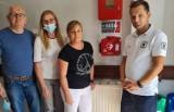 Pleszew. W ratuszu pojawił się defibrylator AED.  Ratownicy szkolą urzędników z zakresu udzielania pierwszej pomocy