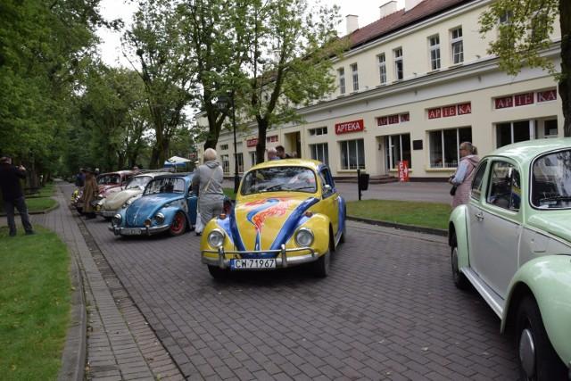 Spodziewano się ponad 30 samochodów, których właściciele wyznaczyli sobie zlot w Ciechocinku.  Tymczasem pojawiło się zaledwie kilka aut. Żartowano, że plany pokrzyżował przegrany mecz polskiej reprezentacji w piłkę nożną z Duńczykami, bo podobno  nie wszyscy kierowcy po meczowych emocjach mieli siłę wsiąść za kierownicę. Tak czy inaczej auta, które ustawiły się na ciechocińskim deptaku  budziły zainteresowanie, a ich właściciele z dumą je prezentowali i odpowiadali na liczne pytania oglądających.
