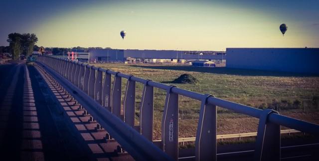 W czwartkowe popołudnie i wieczór można było podziwiać balony latające nad Poznaniem. To dość nietypowy widok, bo zwykle latające balony nie mogą pojawiać się w okolicy lotniska. Wszystko było jednak możliwe dzięki uziemieniu samolotów. Obserwować możne je było m.in. z Grunwaldu, Górczyna i okolic osiedla M. Kopernika.   Zobaczcie zdjęcia --->