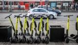 Gdańsk: Mniej hulajnóg będzie porzucanych na chodnikach? Powstanie 200 miejsc na postój dla hulajnóg elektrycznych