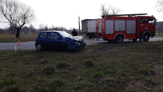 W piątek (26 marca) o godzinie 14 na skrzyżowaniu ulic Bagiennej i Staropoznańskiej w Inowrocławiu samochód osobowy zderzył się z ciężarówką