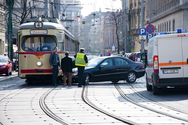 W środę a skrzyżowaniu ul. 23 Lutego i Al. K. Marcinkowskiego w Poznaniu Mercedes C - Klasse zderzył się z tramwajem linii nr 4. Kolizja wstrzymała ruch na kilkadziesiąt minut.  Czytaj więcej: Zderzenie mercedesa z tramwajem na 23 Lutego w Poznaniu [ZDJĘCIA]