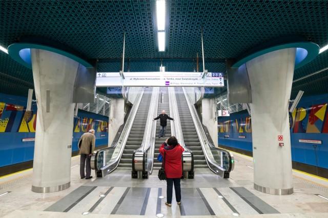 """Rekord należy do warszawskiego metra, a konkretnie do stacji Centrum Nauki Kopernik. """"Kosmiczna tuba"""", jak niektórzy nazywają zjazd na peron, to schody ruchome o długości 36 metrów. Nie mają sobie równych – pod względem długości – w całym kraju."""