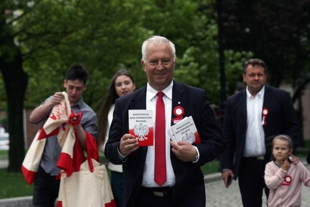 Prezydent Legnicy Tadeusz Krzakowski rozdawał Konstytucję Rzeczypospolitej Polskiej.