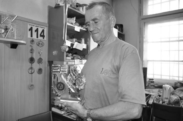 Mieczysław Rynkiewicz ze swoimi kolarskimi trofeami
