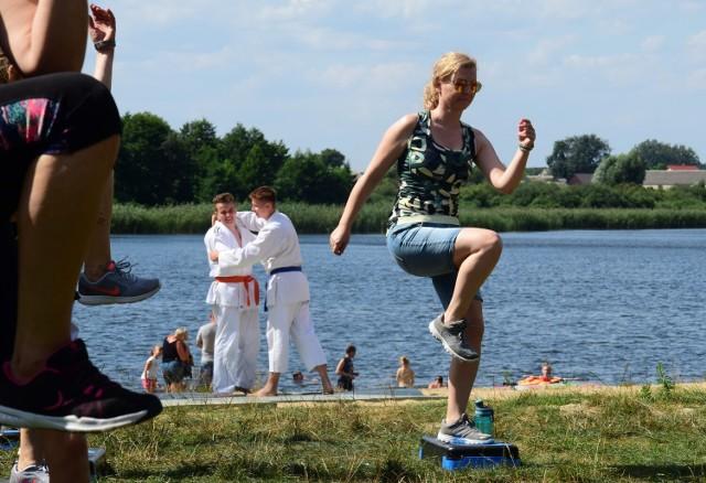 Na przybyły nad jezioro Wójcińskie czekało mnóstwo atrakcji. Były pokazy judo w wykonaniu młodzieży z Wójcina, ćwiczenia fitness, wspólne gry i zabawy oraz ognisko z kiełbaskami