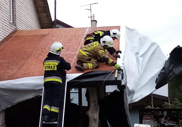 Strażacy z OSP Ustronie Morskie zabezpieczali zerwane poszycie dachu