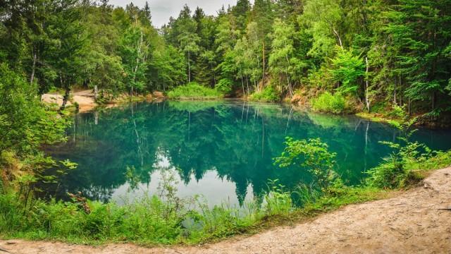 Jeziorka w Rudawach Janowickich to miejsce wręcz magiczne.  Ich kolorowe zabarwienie powstało w wyniku wydobywania minerałów. Mają niesamowity wygląd i stanowią niezwykłe tło do fotografii.  Zobacz więcej wyróżnionych miejsc na kolejnych slajdach.