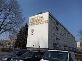 Rawicz. Słynny napis na jednym z bloków na osiedlu Westerplatte już tak nie wygląda. Zobacz, jak prezentuje się w nowej odsłonie [ZDJĘCIA]